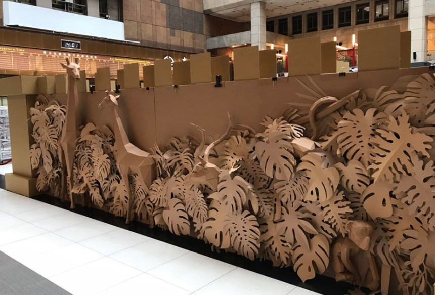 Giant cardboard maze in Taipei Main Station. (Environmental Protection Administration photo)