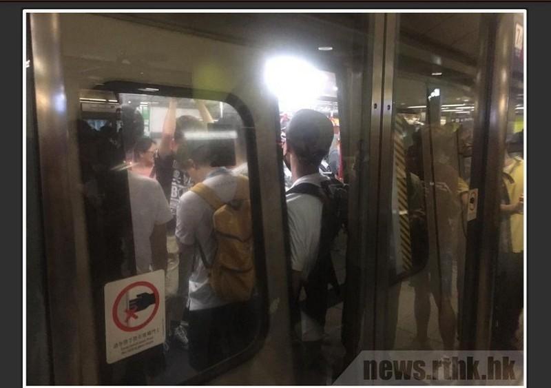 反送中網民30日上午7時30分進行「全港大塞車」行動(圖/中央社/香港電台網頁)