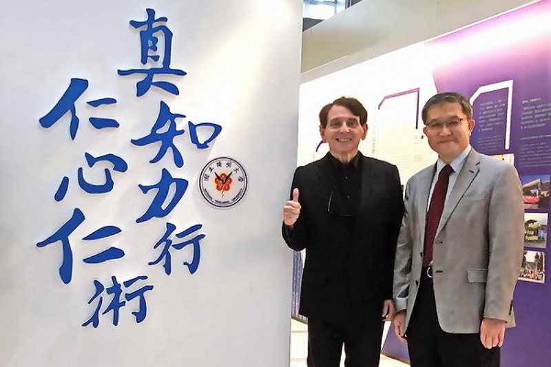William Stanton (left) and National Yang-Ming University President Steve Kuo (NYMU photo)