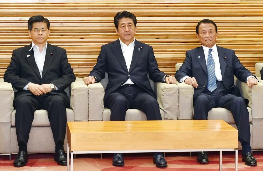 由左至右,分別為日本國土交通大臣石井啓一、首相安倍晉三、財務大臣麻生太郎