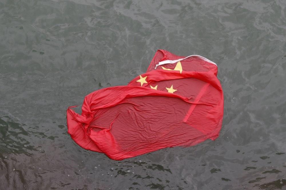 香港「反送中」運動期間,有示威者將中國五星旗丟棄於維多利亞港(照片來源:美聯社)