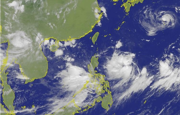 氣象專家吳德榮今(4)日表示,位於關島、菲律賓間的熱帶低壓,有機會增強為颱風利奇馬。(圖擷取自中央氣象局)