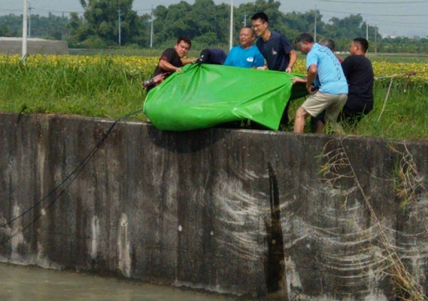 Tainan firefighters pull body from Chianan Canal, Aug. 4