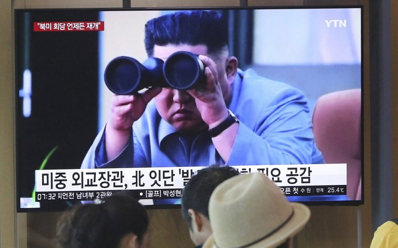 People stand by a TV screen showing a file footage of North Korean leader Kim Jong Un at the Seoul Railway Station (AP photo)