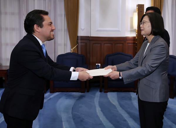 President Tsai meets Ambassador Willy Alberto Gomez Tirado