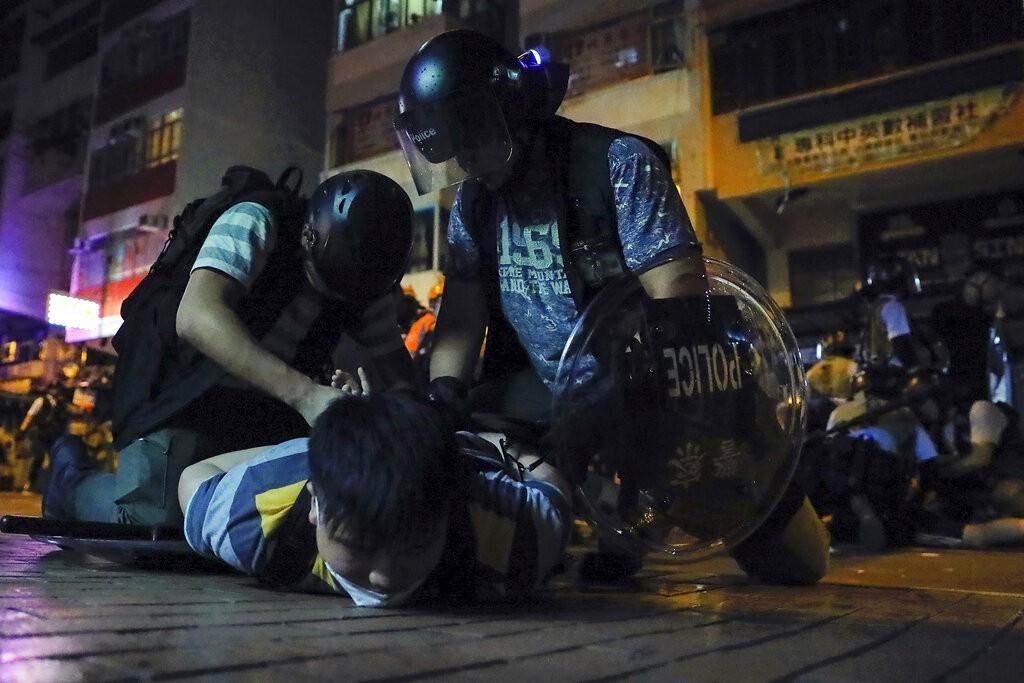 港警於深水埗逮捕抗議居民(圖/AP)