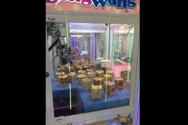 Joss paper in claw machine. (Photo from Facebook group 爆怨公社)