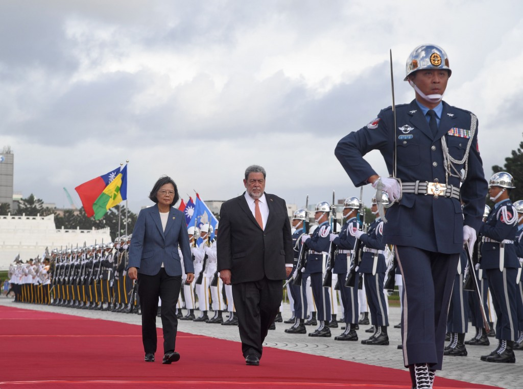 President Tsai Ing-wen welcomes the Prime Minister of Saint Vincent and the Grenadines, Ralph Gonsalves. (CNA photo)