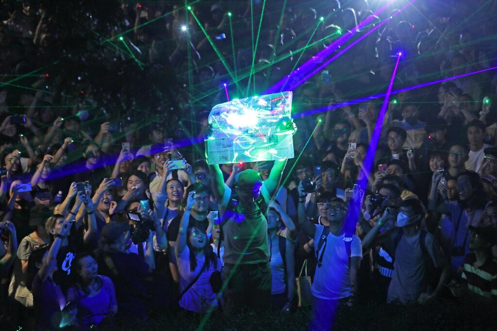 最美的抗爭場面 港人搶購雷射筆齊聚「觀星」聲援被捕學生