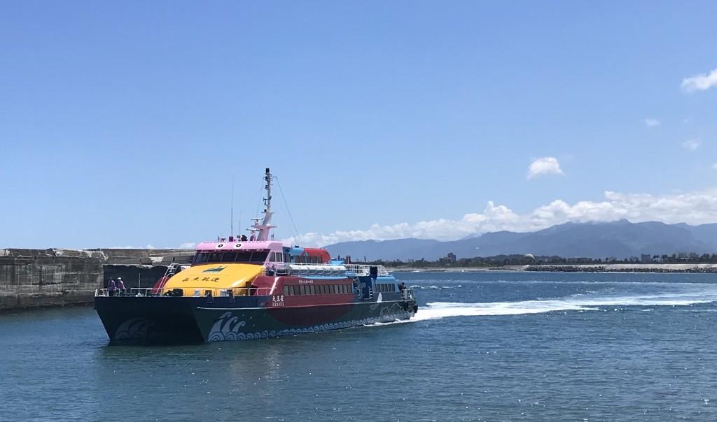 A passenger boat travels from Green Island to Taitung (Photo: Teng Pei-ju)