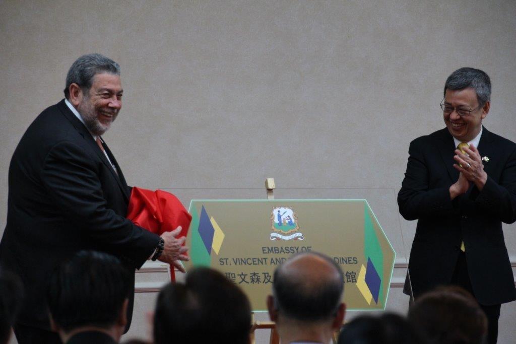照片左起:聖文森及格瑞那丁總理龔薩福與台灣副總統陳建仁,為聖文森及格瑞那丁大使館舉行揭牌儀式。