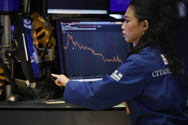Specialist Lingbo Jiang works on the floor of the New York Stock Exchange Aug. 7 (AP photo)