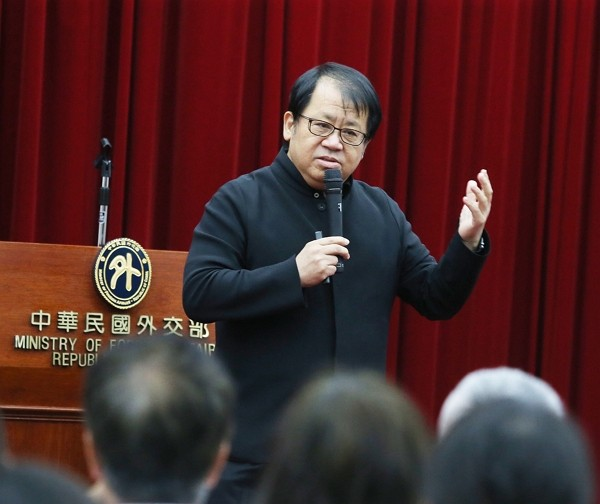 "Ju Tzong-Ching gave a speech on ""Making friends with the world through culture and art"" at MOFA. (CNA photo)"