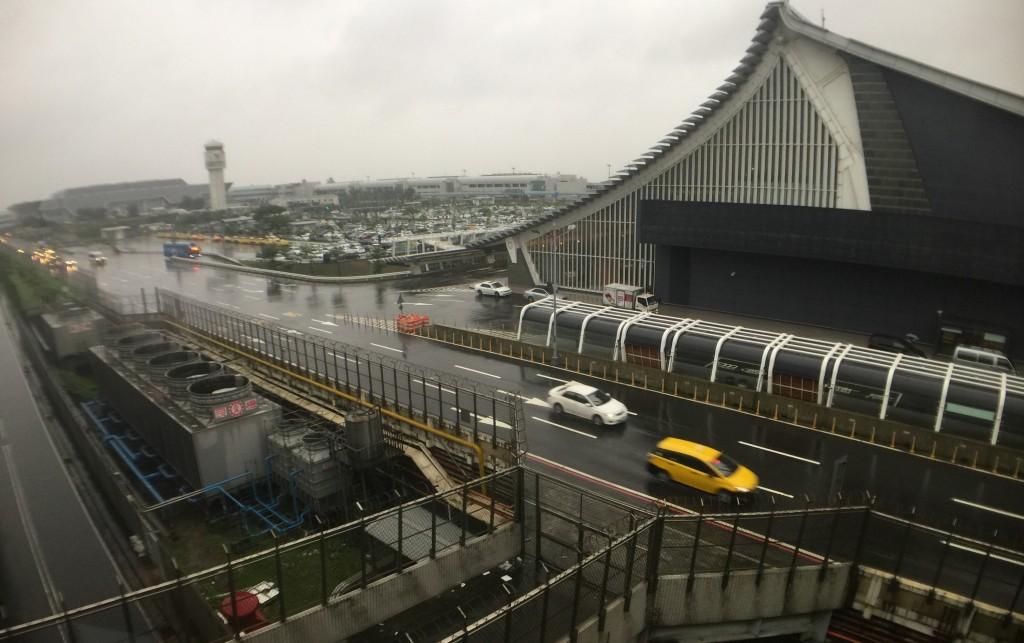 強烈颱風利奇馬來襲,桃園機場公司表示,從8日到9日上午7時30分為止,共計取消、延誤班次達485班。