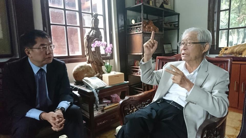 圖為台南市長黃偉哲和台灣之友會總會長黃崑虎(右)(圖/台南市長黃偉哲臉書。)