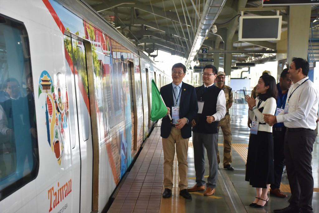 臺灣觀光局新加坡辦事處主任林信任(左一)依印度傳統揮旗儀式,於印度孟買韋爾索瓦地鐵站正式啟動台灣觀光彩繪列車,右一為印度Altruist