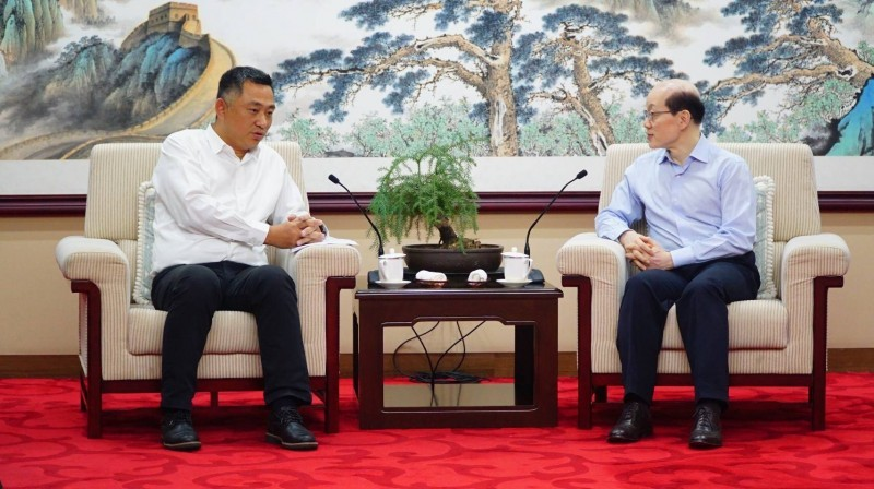 Magistrate of Kinmen Yang Cheng-wu (left) and Director of Taiwan Affairs Office Liu Jieyi (right) (Source: Kinmen County Government)