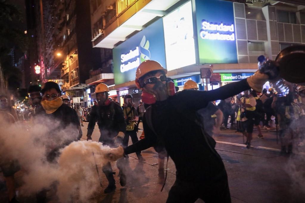 香港「反送中」運動延燒,大批民眾11日下午在維多利亞公園集會後展開遊行,港警晚間出動驅趕示威民眾, 示威者反擲催淚彈。
