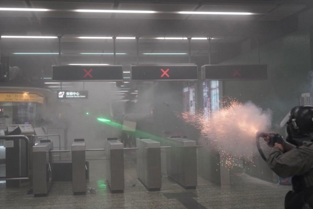 香港警察在葵芳站內發射催淚彈(圖/Felix Lam @HK.Imaginaire)