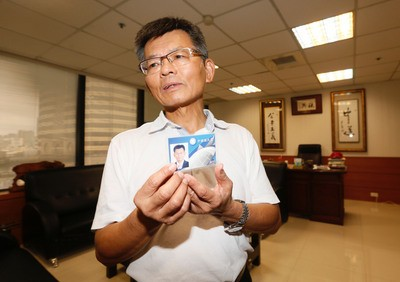 Former Kaohsiung County chief Yang Chiu-hsing shows his KMT membership card to the media Thursday August 15.