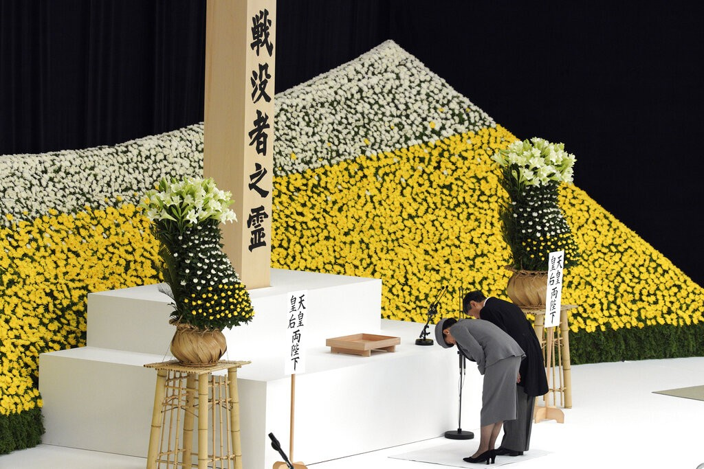 Emperor Naruhito and Empress Masako pay their respects to war dead. (AP photo)