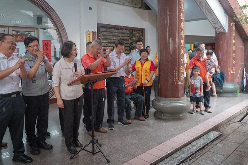 President Tsai (third left) at Fushou Temple (Presidential Office photo)