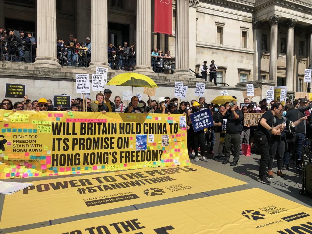 上千名海外港人17日在倫敦舉行遊行,支持家鄉,展現 團結。