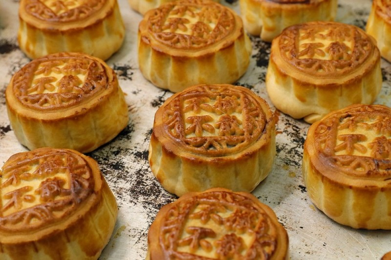 "Mooncakes with Chinese words ""No withdrawal, no dispersal"" are placed on the table at Wah Yee Tang bakery in Hong Kong. (AP photo)"
