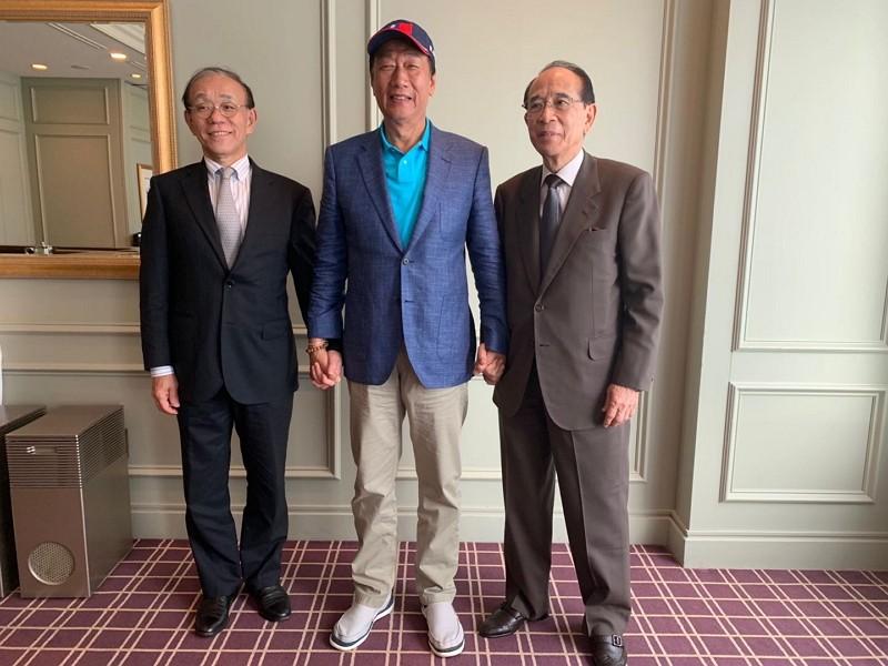 Terry Gou (middle)(Facebook photo)