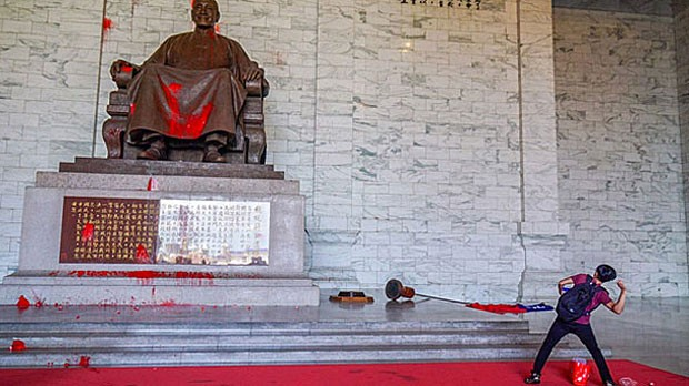 Taiwan Independence activists threw paint at the Chiang Kai-shek statue inside CKS Memorial Hall in July 2018 (photo courtesy of From Ethnos To Nation...
