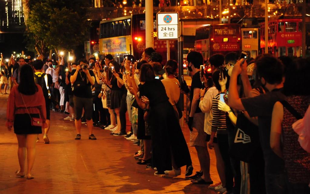 香港23日晚間出現「香港之路」活動,示威者牽手串起人鏈,蔓延全港多區,並在晚間9時左右和平解散。