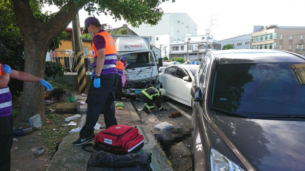 A drunk van driver plowed into a group of volunteers in Taoyuan Saturday morning (photo courtesy of Taoyuan Fire Department).