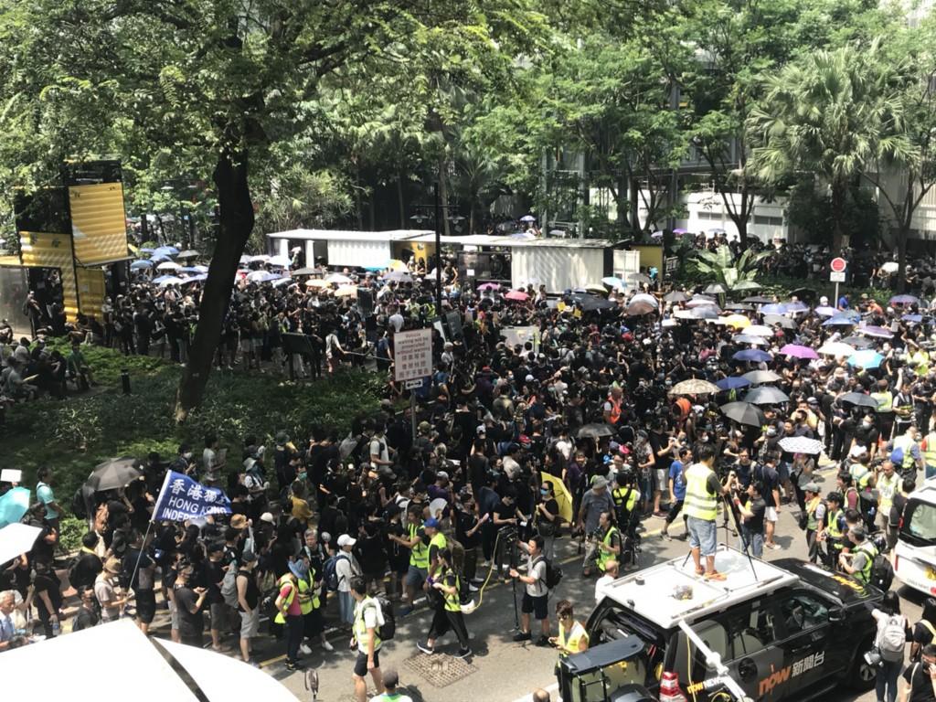近千名示威者24日下午1時許擠滿香港觀塘駿業街遊樂場,準備展開反送中遊行,呼籲5大訴求。