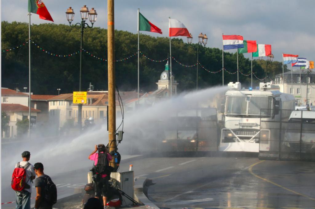 上萬人抗議G7峰會,法警動用超強水柱驅離激進份子(圖/AP Newsroom)