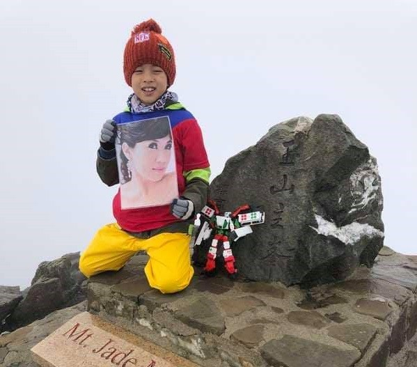 Zhou Ze-gang (鄒澤綱) reaches the top of Yushan Main Peak in the morning on Aug. 19. (鄒品為's post on the Facebook page of 台灣百岳之美 on Aug. 24)