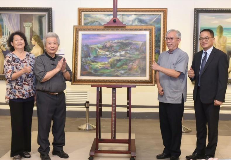 李元亨(左2)贈送畫作予國父紀念館館長梁永斐(右2)(圖/文化部)