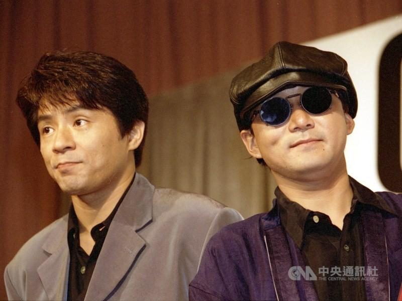 圖為恰克與飛鳥(左)1995年在台灣舉行演唱會前的記者會。(中央社檔案照片)