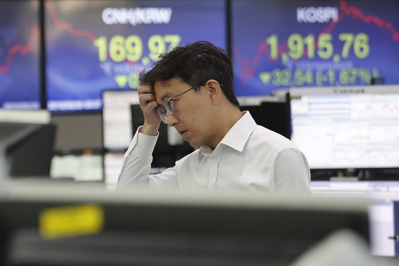 A currency trader watches monitors at the foreign exchange dealing room of the KEB Hana Bank headquarters in Seoul (AP photo)