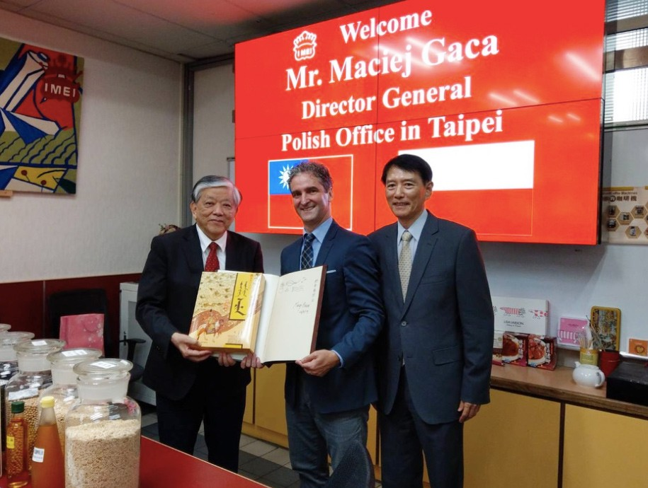 I-Mei Foods CEO Luis Ko, Director General of the Polish Office in Taipei Maciej Gaca, and Taiwan News President Jack Chen. (Taiwan News photo)