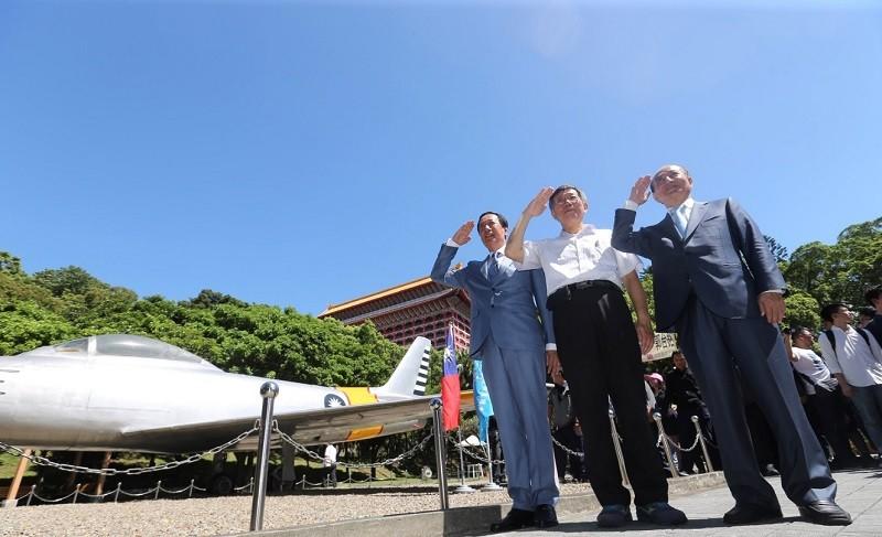 圖為郭柯王三人,23日在北市八二三砲戰紀念公園出席紀念活動。中央社