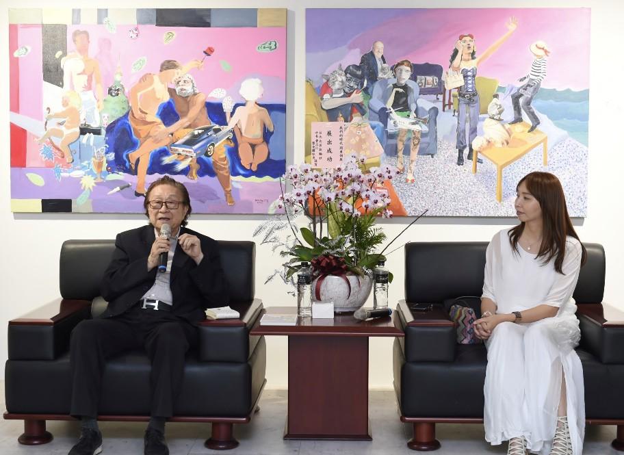 閻勇個展開幕日上,藏家錢文雷(左)與宛儒畫廊執行長謝宛儒(右)對談(圖/謝宛儒提供)