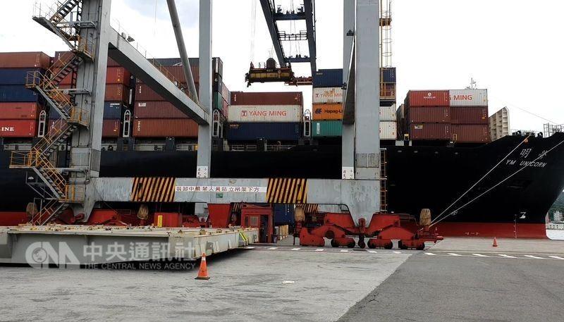 圖為2018年7月, 核四第一批燃料棒在基隆港碼頭, 吊上「明營輪」貨輪的情形。中央社
