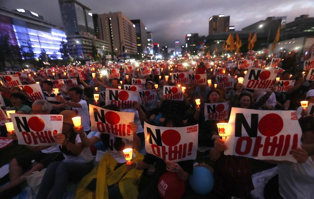 南韓民眾舉「NO安倍」標語抗議