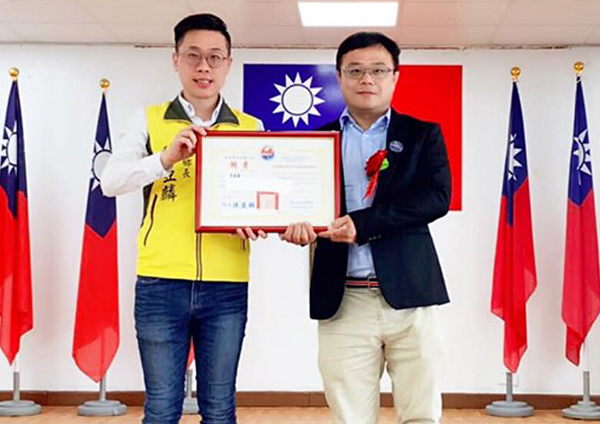 Missing person Lee Ming-chu (R) and Fangliao Township Mayor Chen Ya-lin (L)