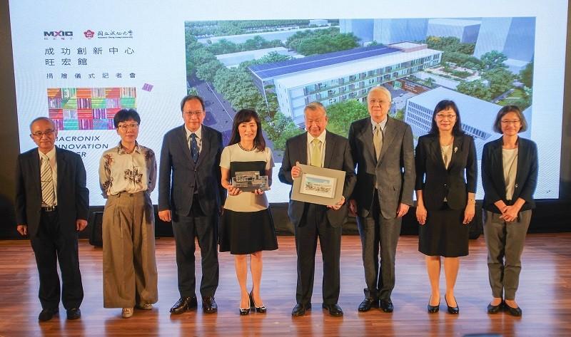 Macronix CEO Miin Wu (center right) at opening of Macronix Innovation Center at NCKU, Aug. 28 (photo courtesy of NCKU)