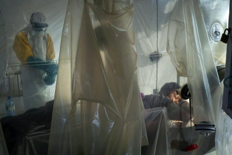 隔離區內的病人及衛生工作者(圖/AP)