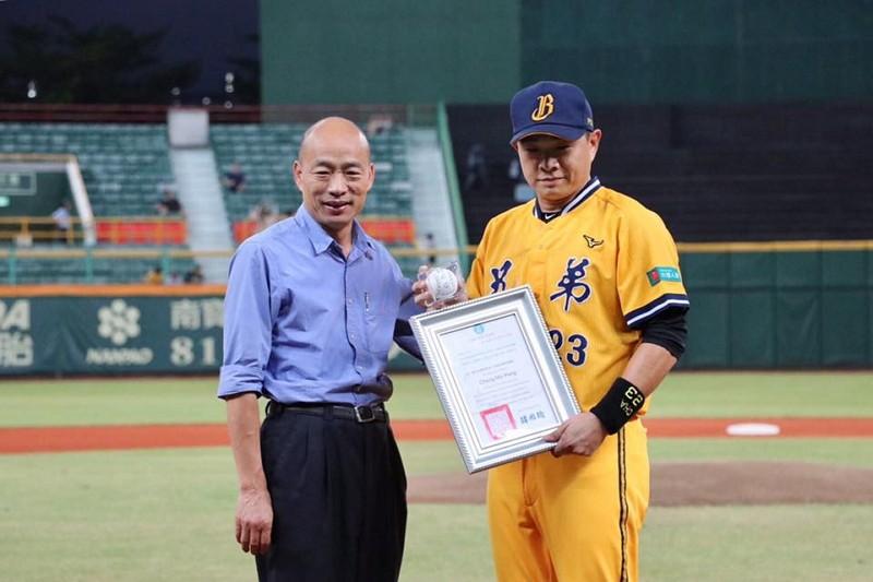 韓國瑜(左)、彭政閔(圖/韓臉書)