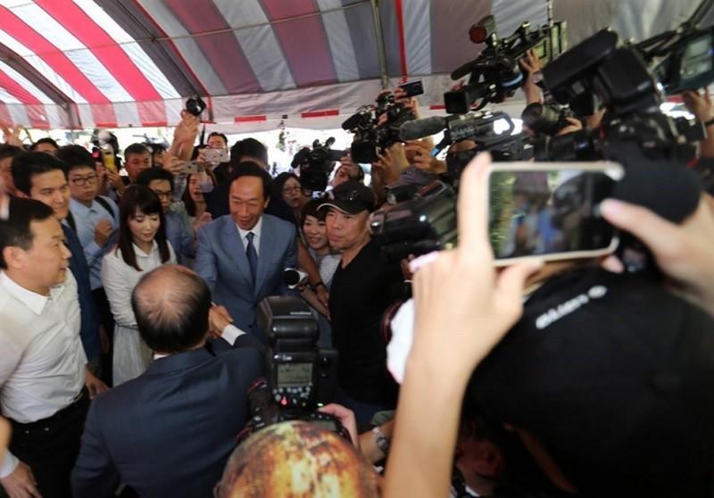 圖為823當天, 媒體搶拍郭台銘與王金平握手畫面 (中央社)