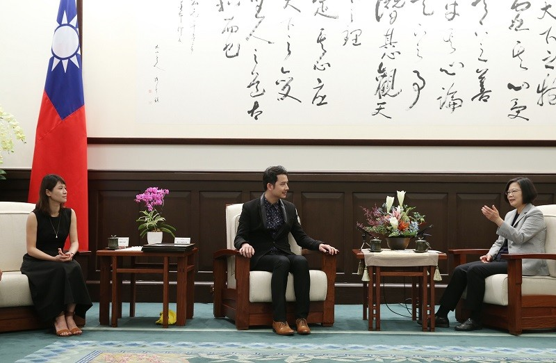 President Tsai Ing-wen (right) meets with an International Design Awards winning couple, Hsieh Yi-cheng (center) and his wife, Lin Jia-xian (left). (C...