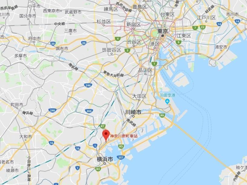 日本京急線快速特急列車,5日上午行經橫濱市神奈川區一處平交道(紅點處)時與一輛卡車發生碰撞。(圖取自Google地圖)